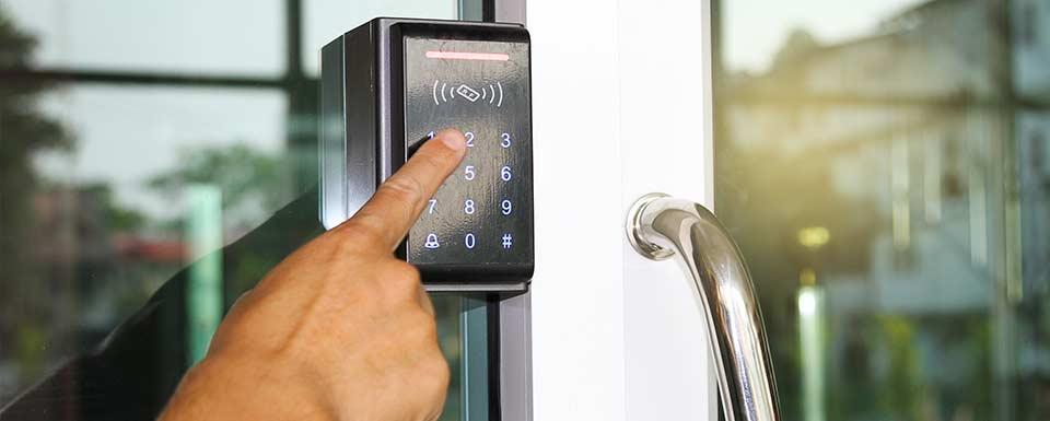 Instalación de alarma de seguridad en negocio local