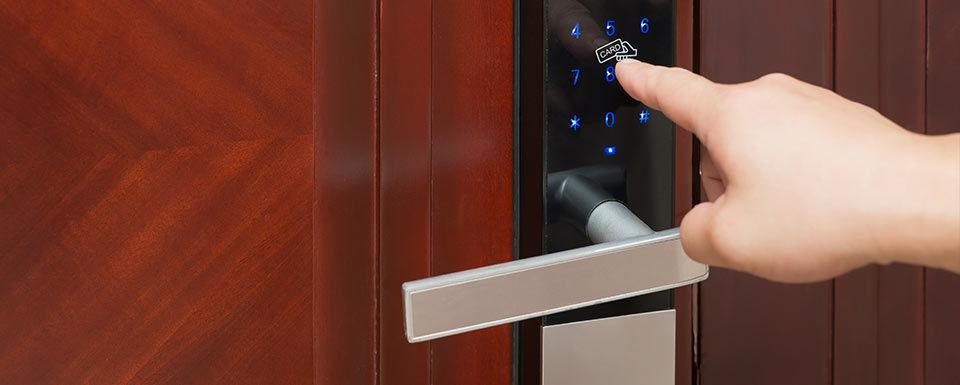 Puerta con cierre de seguridad electrónico