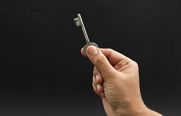 llave para abrir una cerradura