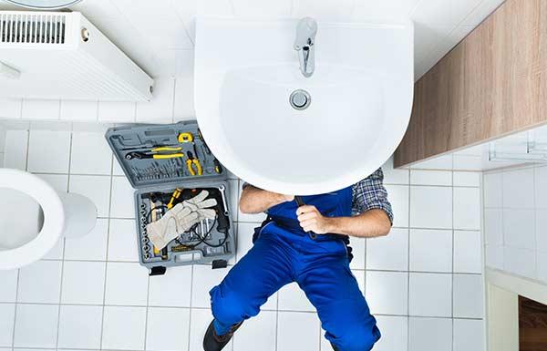 Fontanero arreglando atasco doméstico