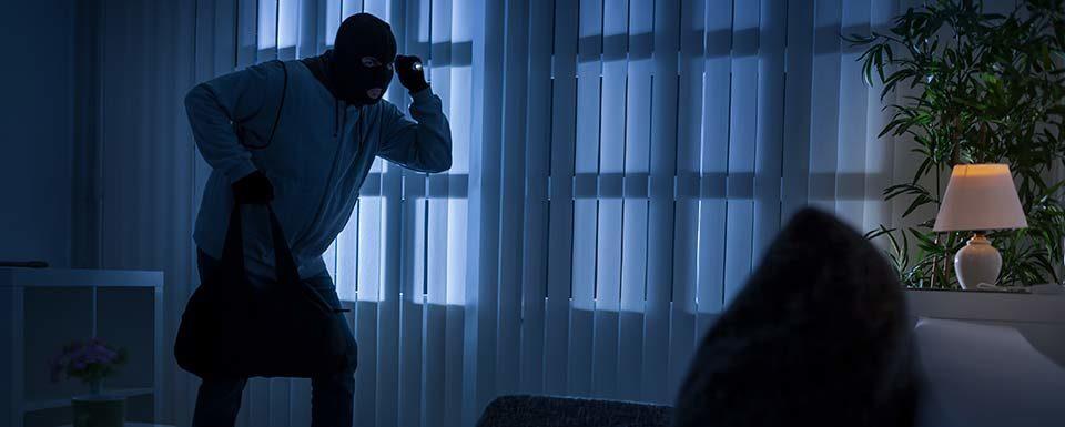 Ladrón entrando en el salón de una casa