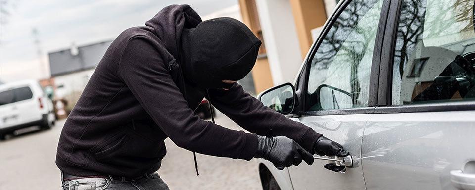 Ladrón forzando la cerradura de un coche