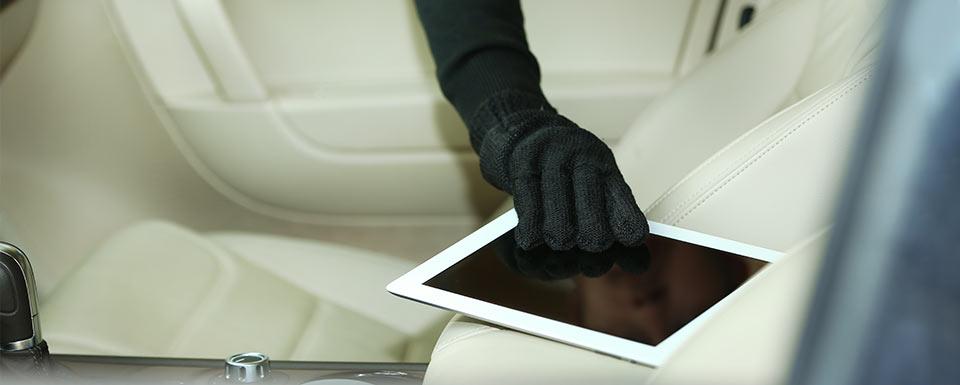 Ladrón robando tablet del coche