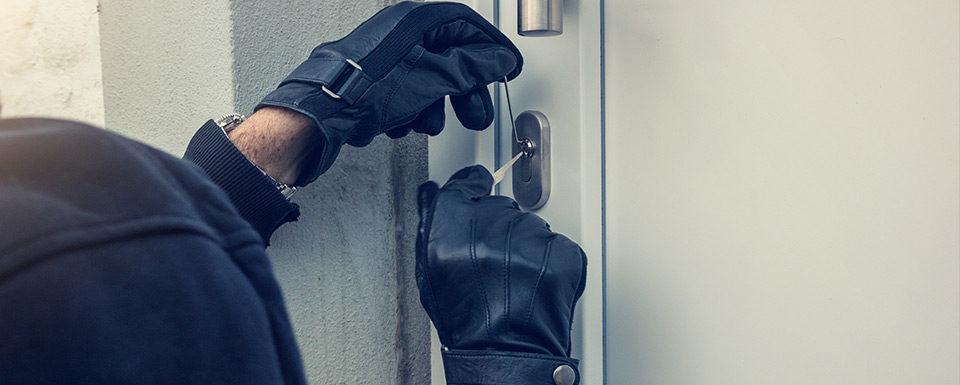 Ladrón rompiendo cerradura puerta
