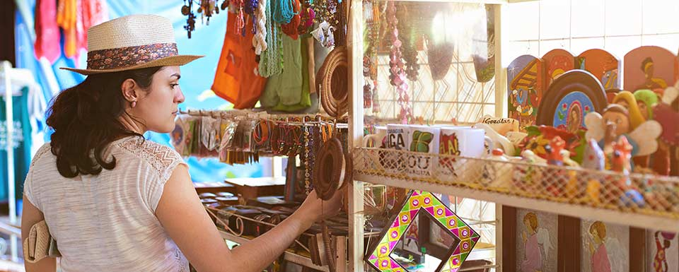 Mujer compra regalo en tienda de souvenirs de elche
