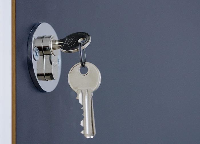 Puerta con cerradura y llaves puestas