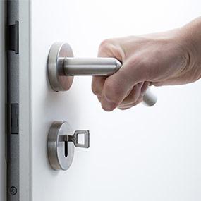 cerradura y puerta