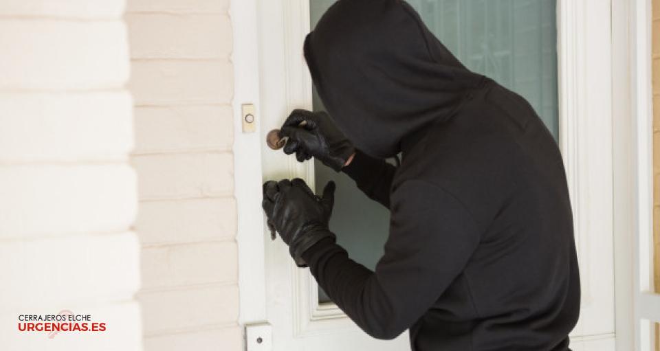 Ladrón abriendo cerradura y entrando a una vivienda